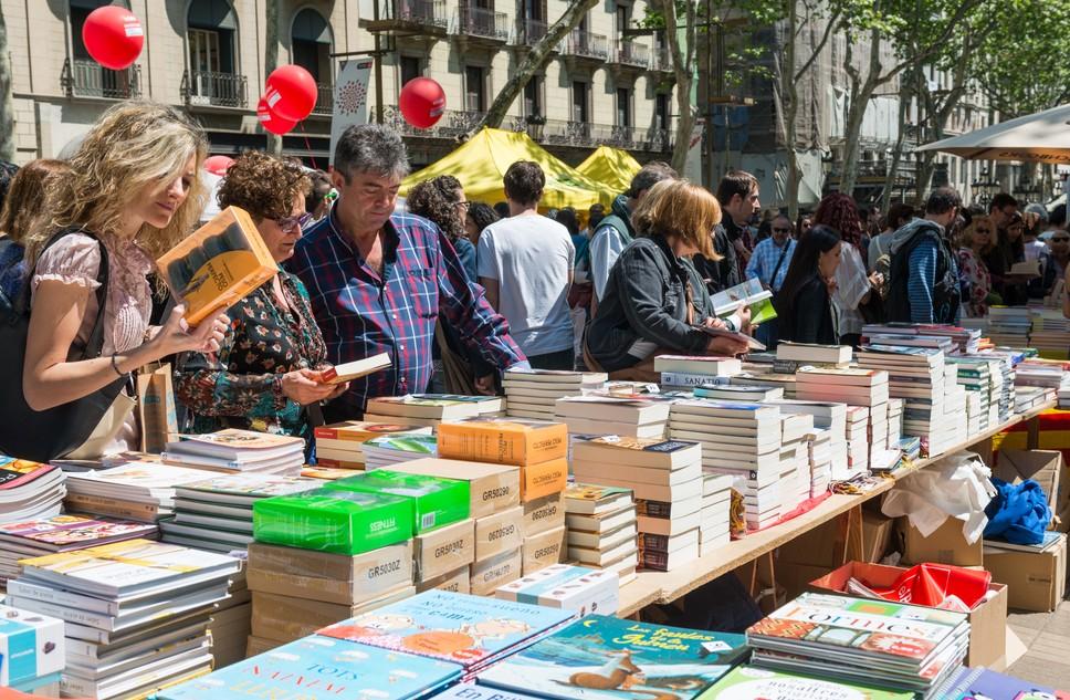 Ein Bücherstand am Diada de Sant Jordi, am 23. April, dem Tag der Liebenden in Barcelona. Die Stände mit den Rosen finden sich direkt daneben, davor und dahinter... (#2)