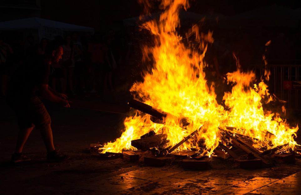 Die Nit de Sant Joan , die Sommersonnenwende, wird hier in Gracia bei Barcelona gefeiert. Hoch lodern die Feuer in der Nacht. (#6)