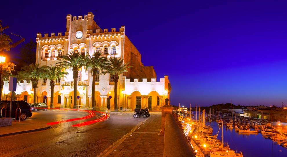 Bei Nacht erstrahlt das prächtig illuminierte Rathaus von Ciutadella de Menorca am Plaça des Born. Vielleicht macht es Sinn, wenn Sie hoffen, dort das Glückshotel Menorca buchen zu können... (#2)