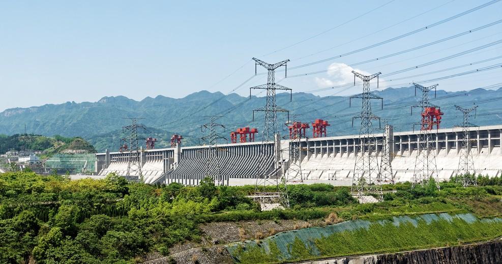"""Mit zu den bedeutendsten Yanksee-Source-Codes zählt die Drei-Schluchten-Talsperre. Die Talsperre vereint gleich mehrere gigantische Nutzbauten:  eine Stauanlage mit einem Wasserkraftwerk, eine Doppel-Schleusenanlage und ein Schiffshebewerk. Jedes für sich genommen ist als """"kleines"""" Weltwunder bereits eine Reise wert. (#1)"""