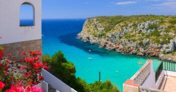 Glückshotel Menorca buchen: hier im Bild die Cala Porta mit ihrem türkisblauen Wasser